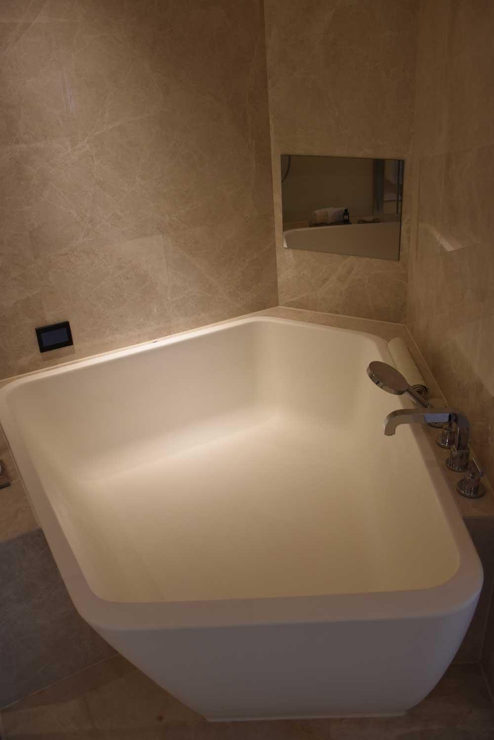 Morpheus Hotel Premier King hot tub
