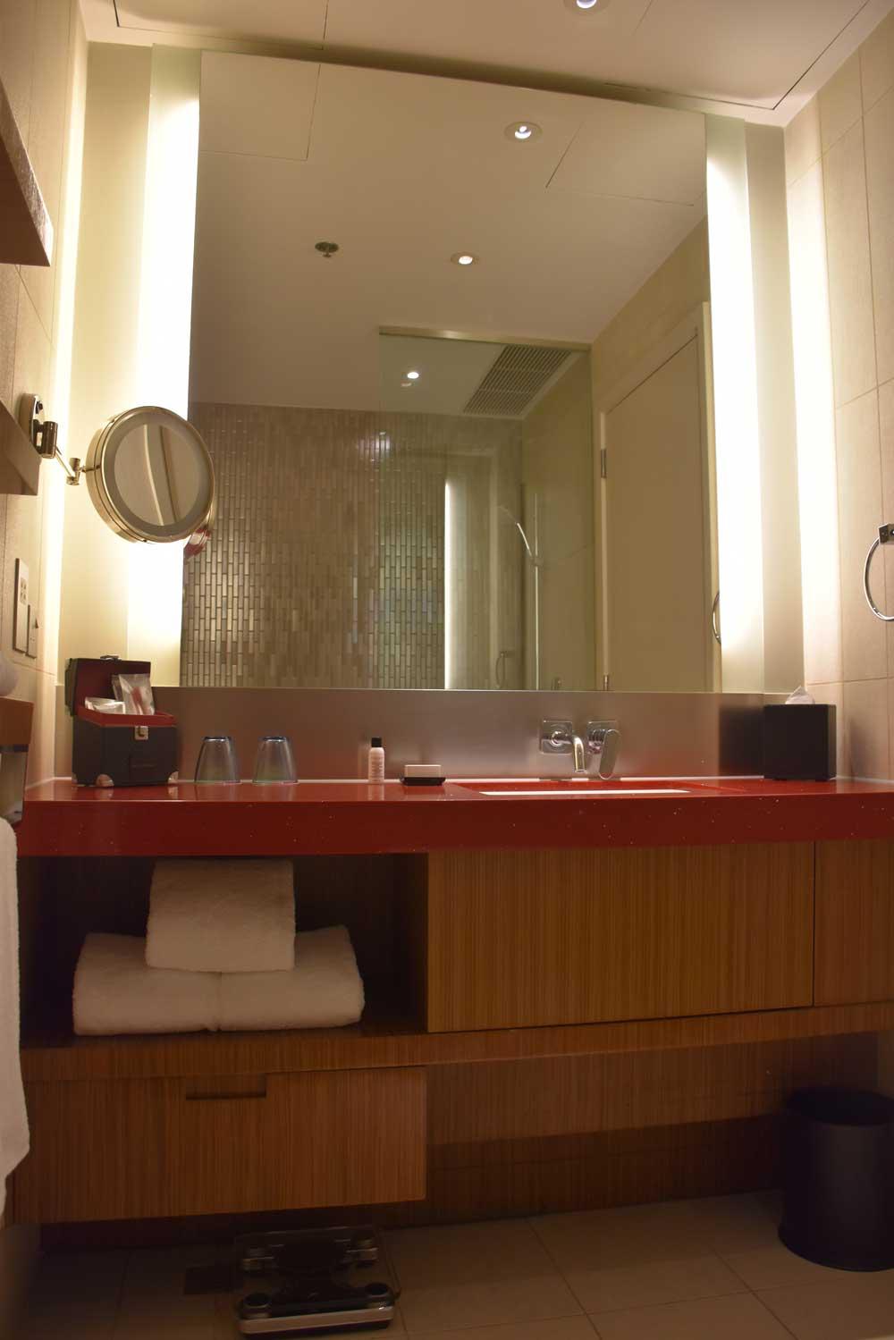 Countdown Hotel Standard King bathroom