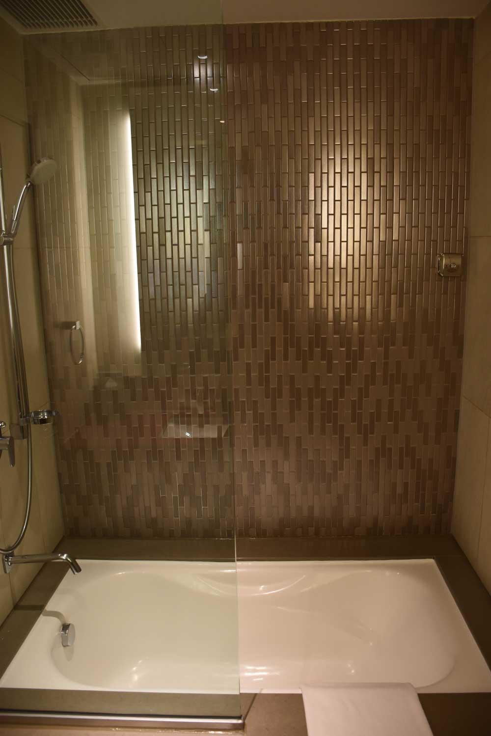 Countdown Hotel Standard King bathtub