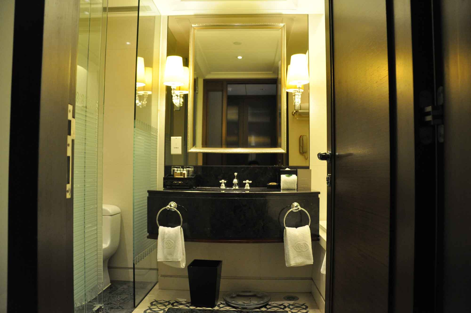 Sofitel Macau Superior Room bathroom