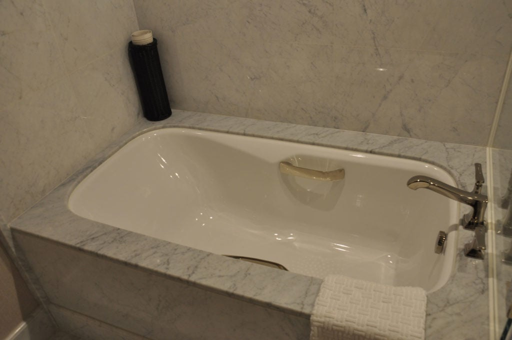 Parisian Macao Eiffel Tower room bathtub