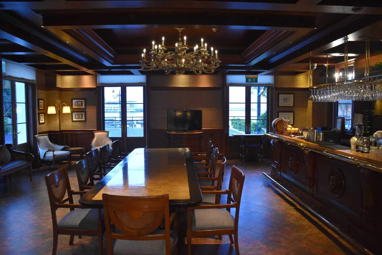 Vic's Restaurant bar section