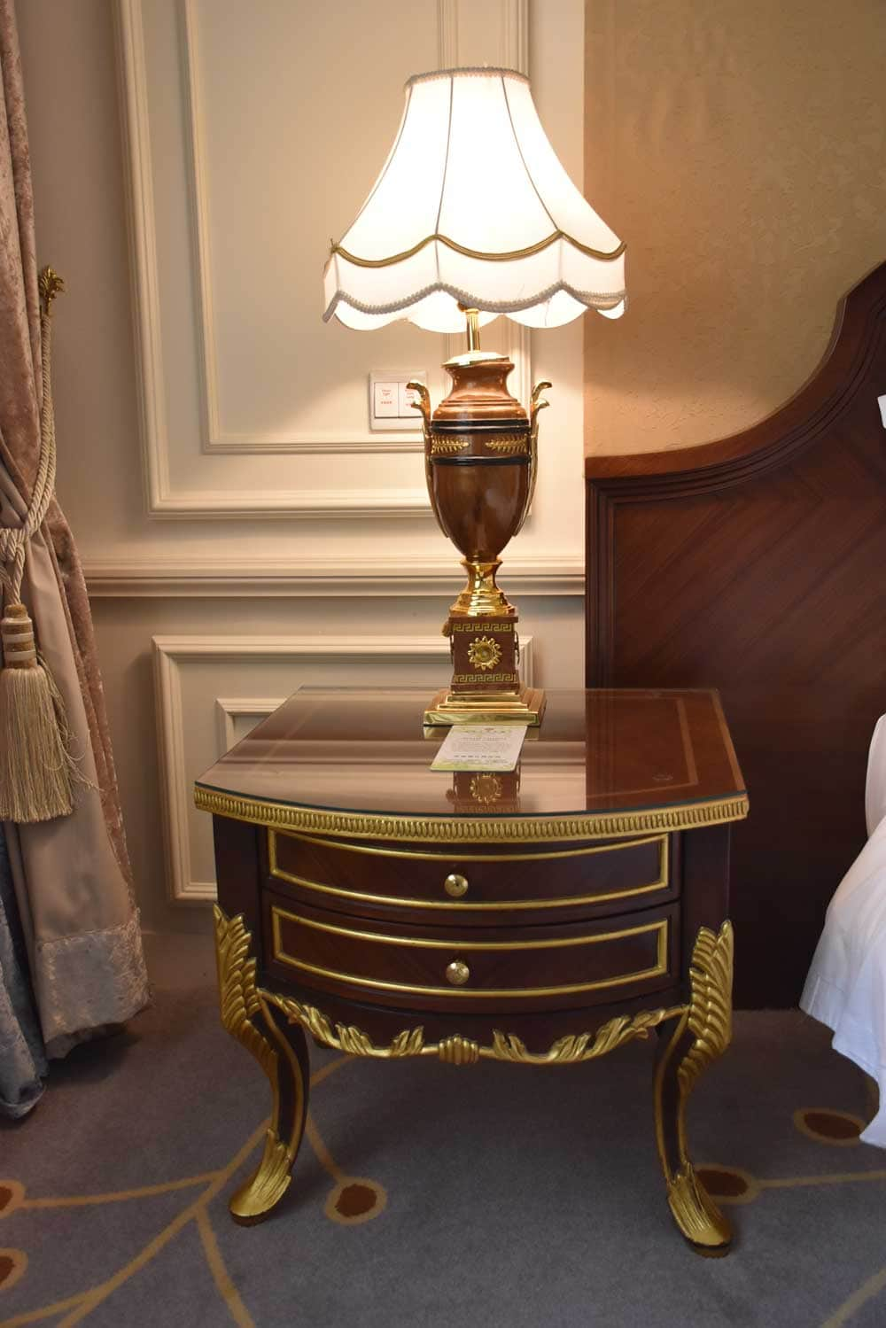 New Orient Landmark Deluxe Room bed table and chair
