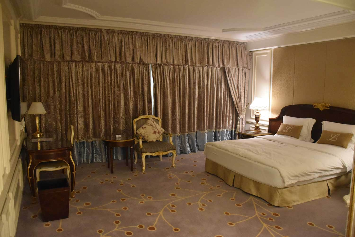 New Orient Landmark Deluxe room