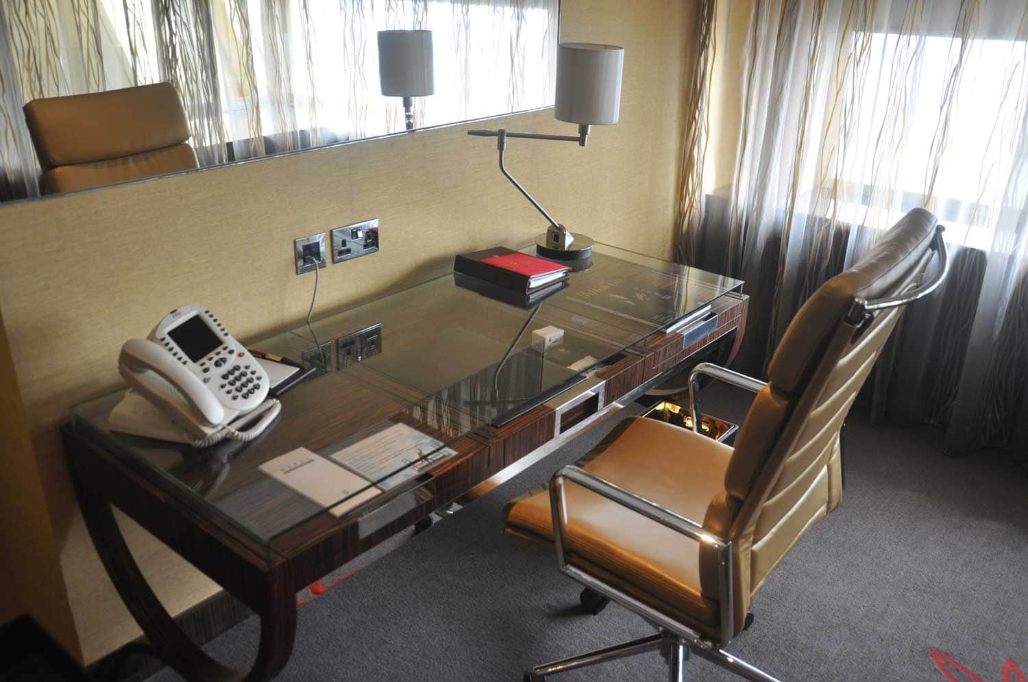 Grand Lisboa Deluxe King room desk