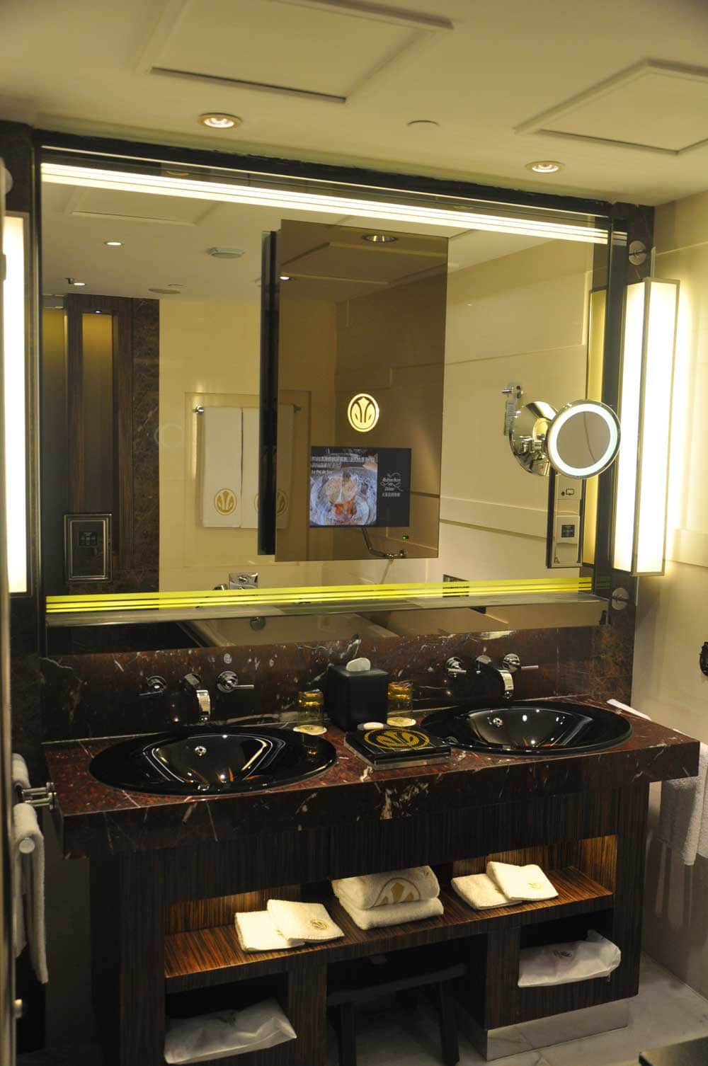 Grand Lisboa Deluxe King bathroom