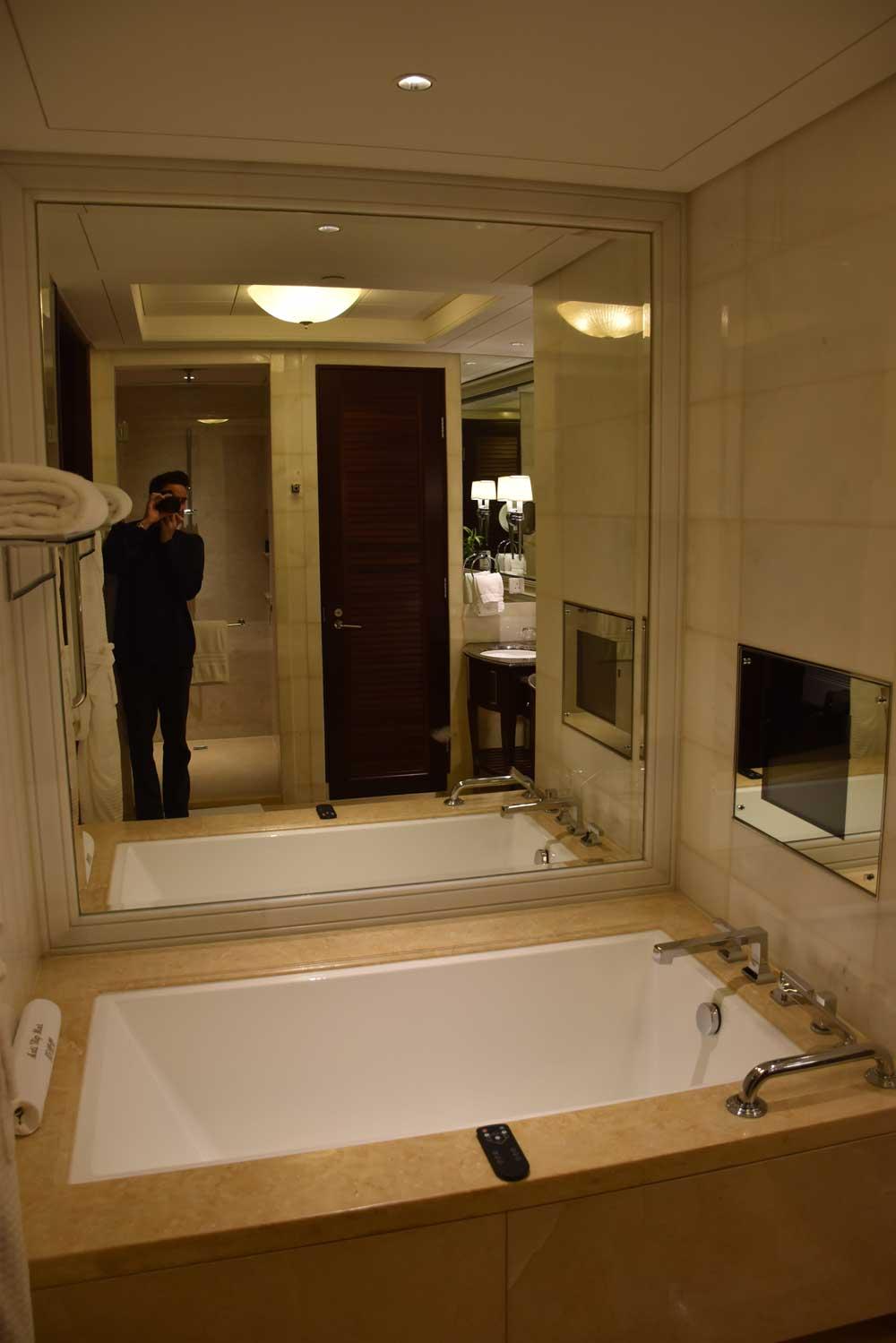 Four Seasons Macau Deluxe Room bathtub