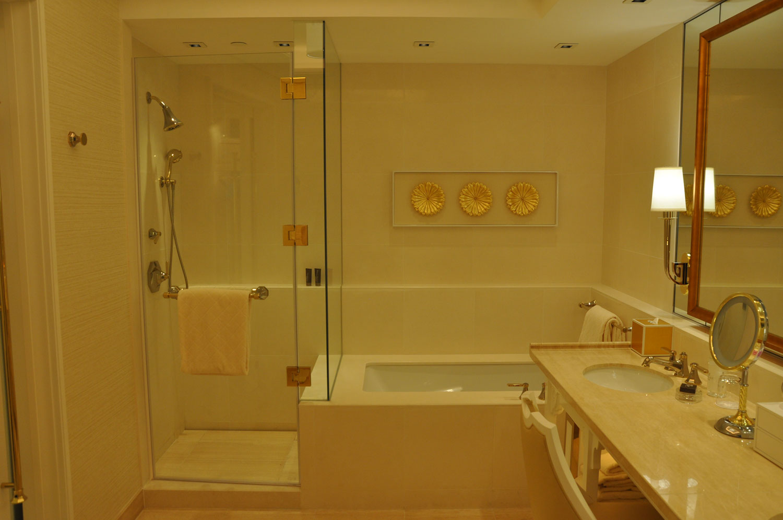 Wynn Palace King Room shower and bathtub
