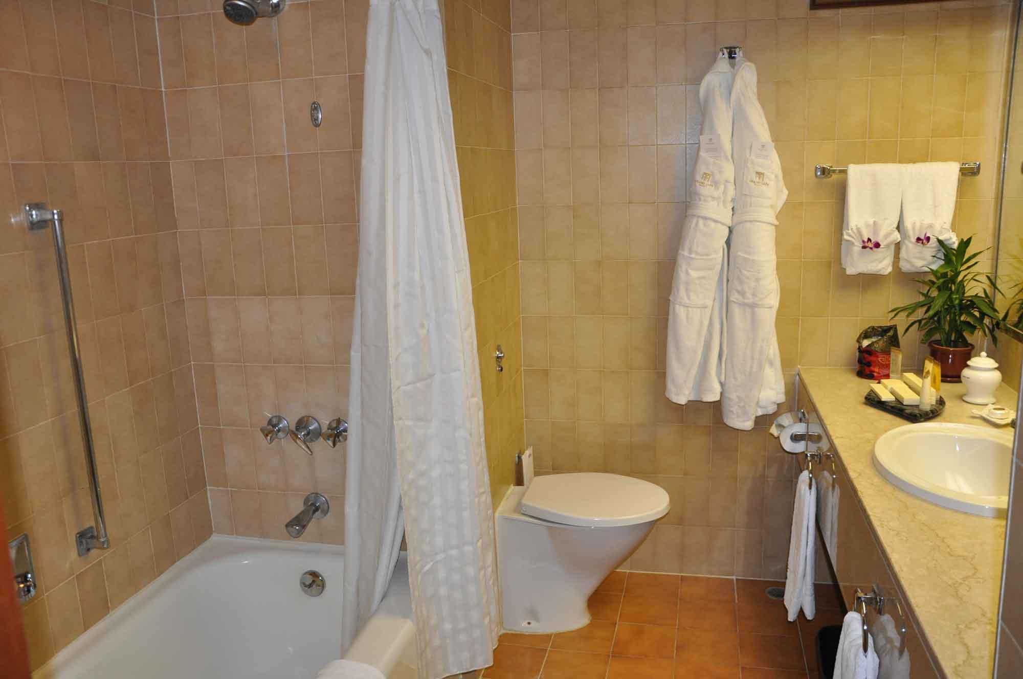 Grand Lapa Macau Deluxe Room bathroom
