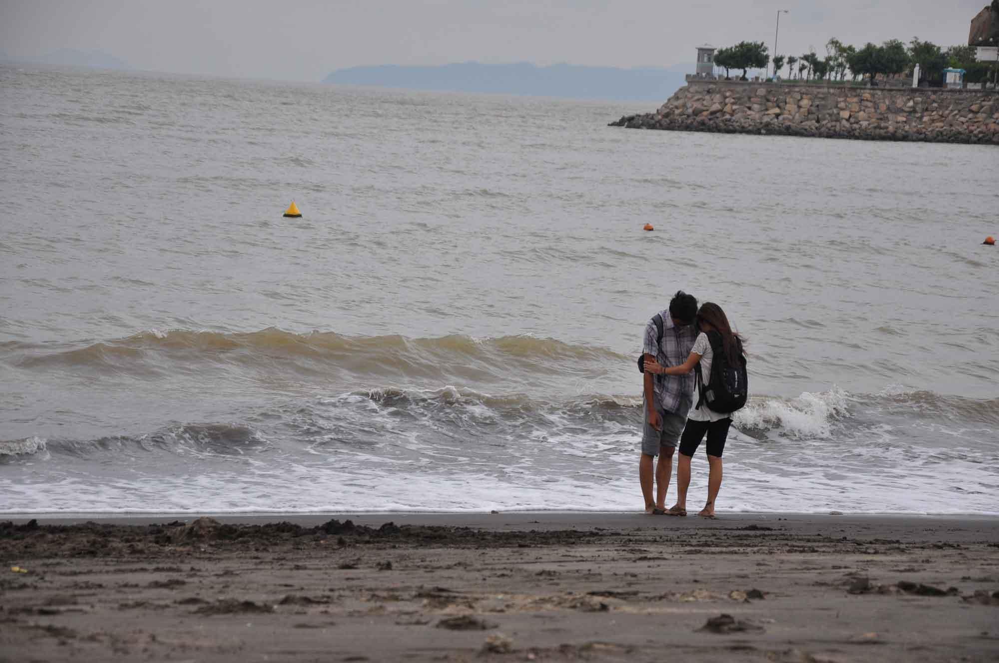 Hac Sa Beach Macau two lovers