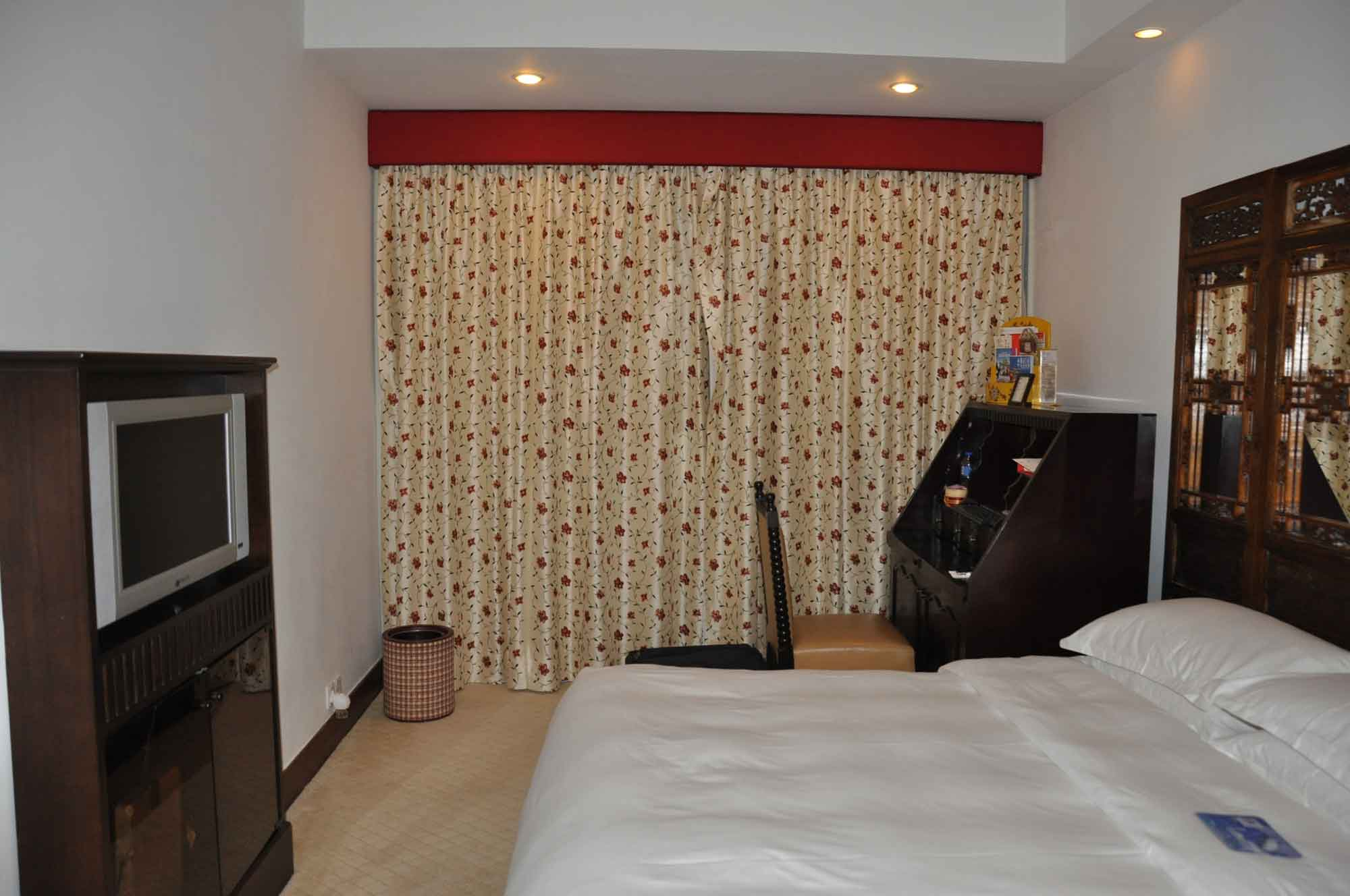 Pousada de Mong Ha Standard Room bed and TV
