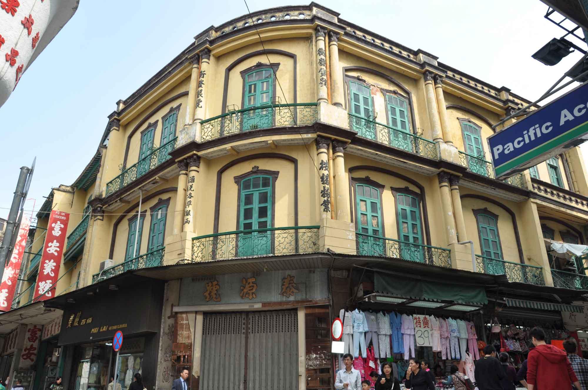 Rua dos Mercadores yellow building