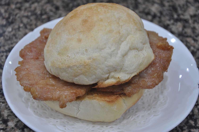 Street Food Macau: Pork Chop Bun