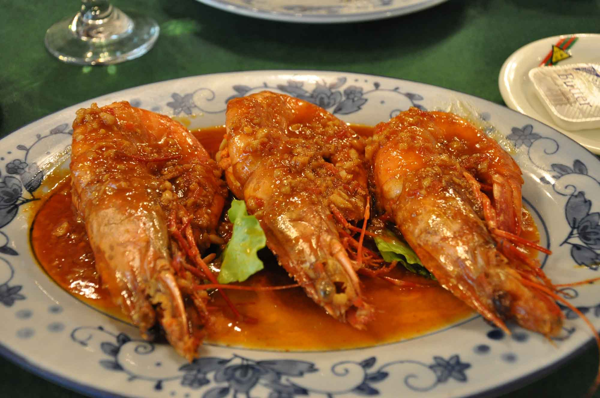 what to eat in Macau, eat garlic shrimp at O Manuel
