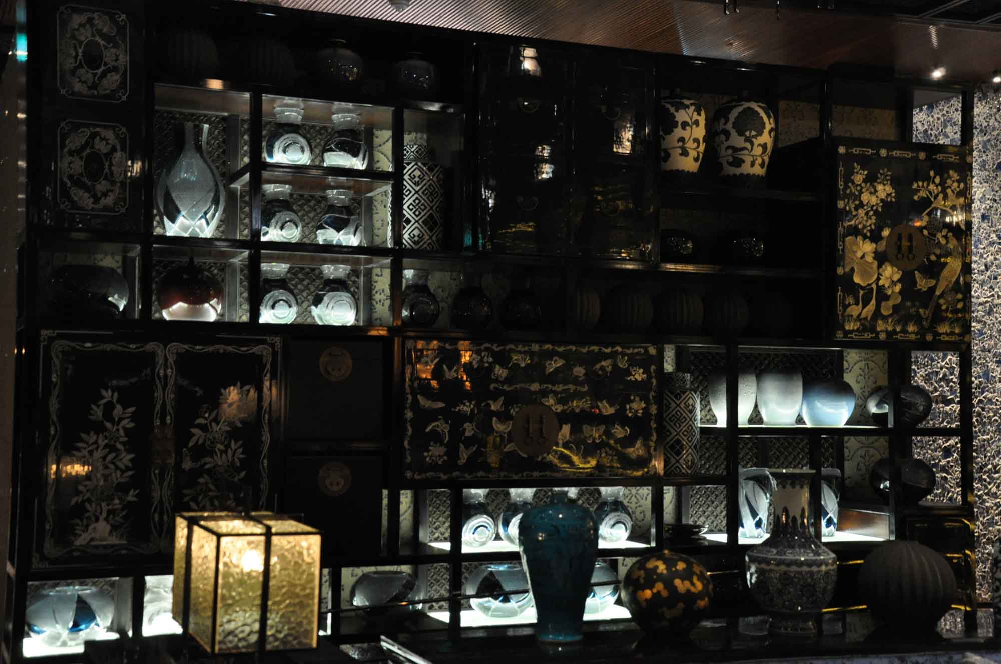 Lai Heen Macau vases and decoration
