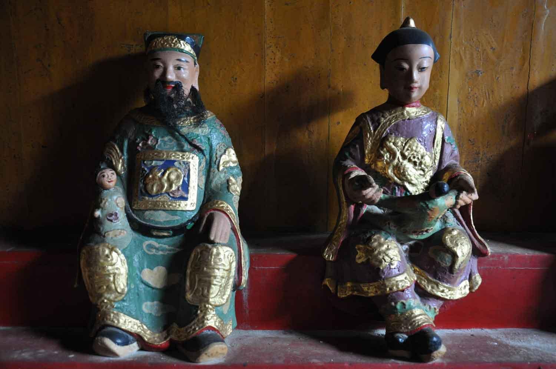 Macau Temples: Lin Kai Temple man and woman figurine