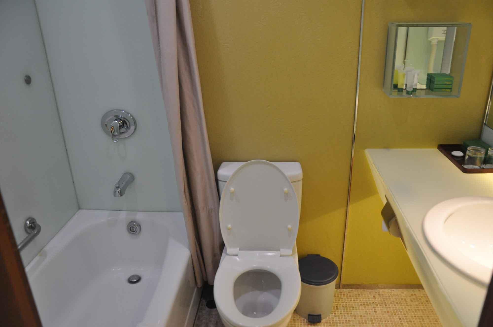 Standard Twin Room Hotel Guia Macau bathroom