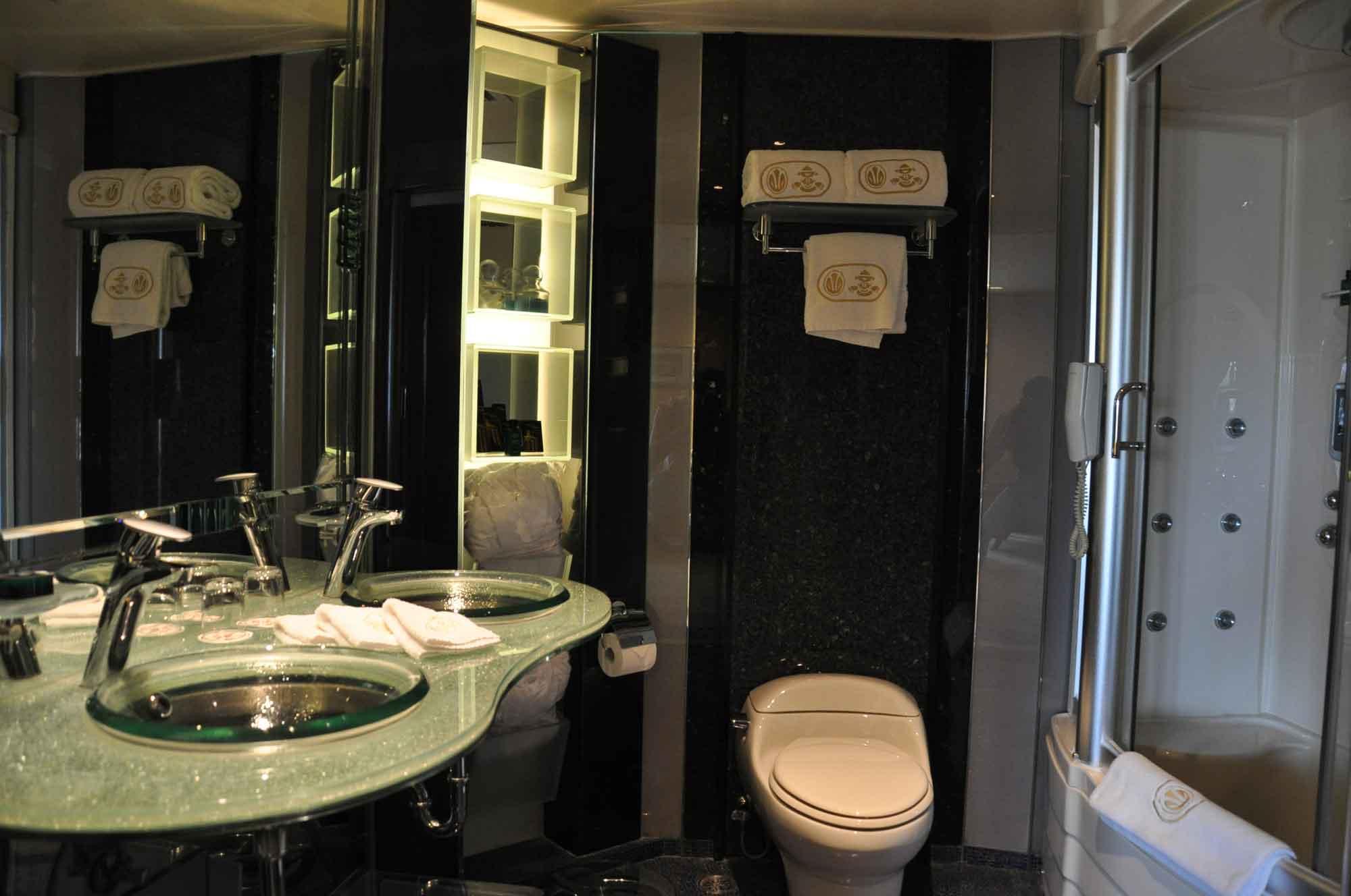 Hotel Lisboa Royal Tower Suite bathroom