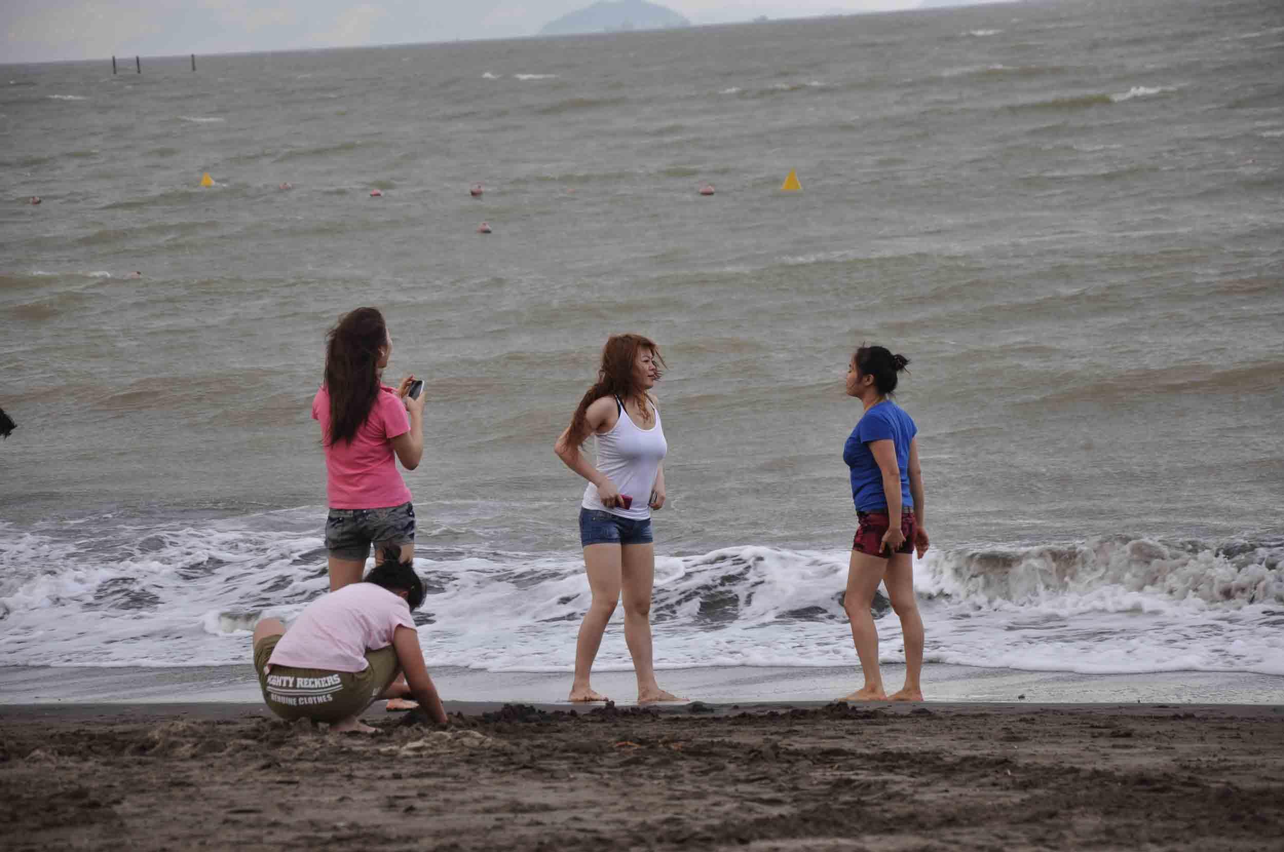 Hac Sa Beach Macau three girls