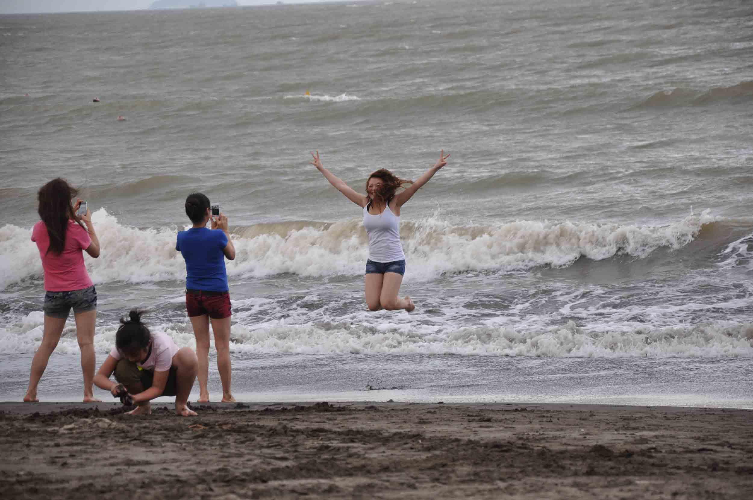 Hac Sa Beach Macau girl jumping