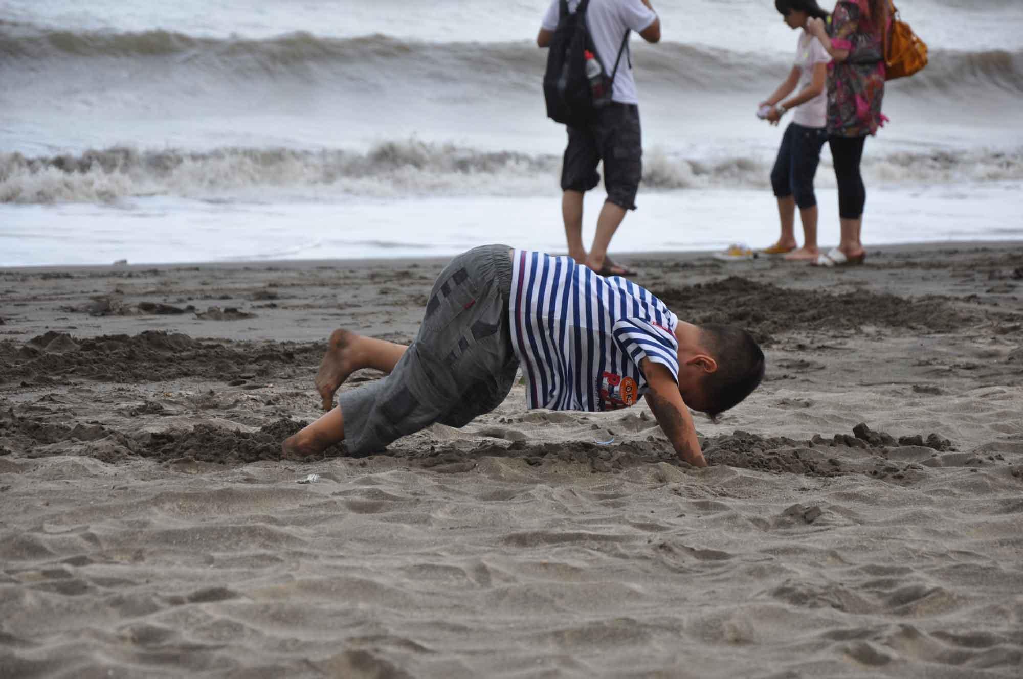 Hac Sa Beach Macau child playing