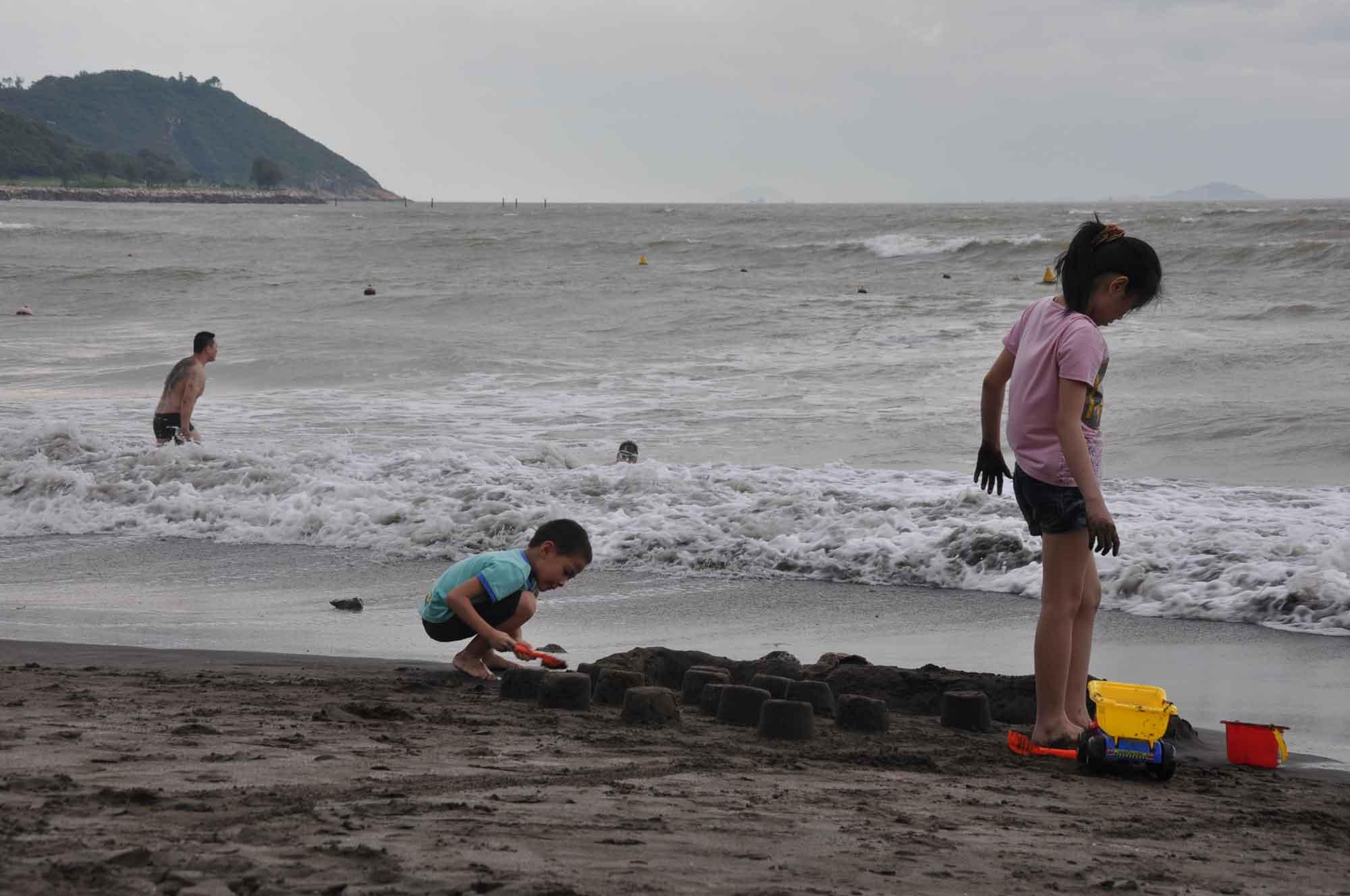 Hac Sa Beach Macau two children