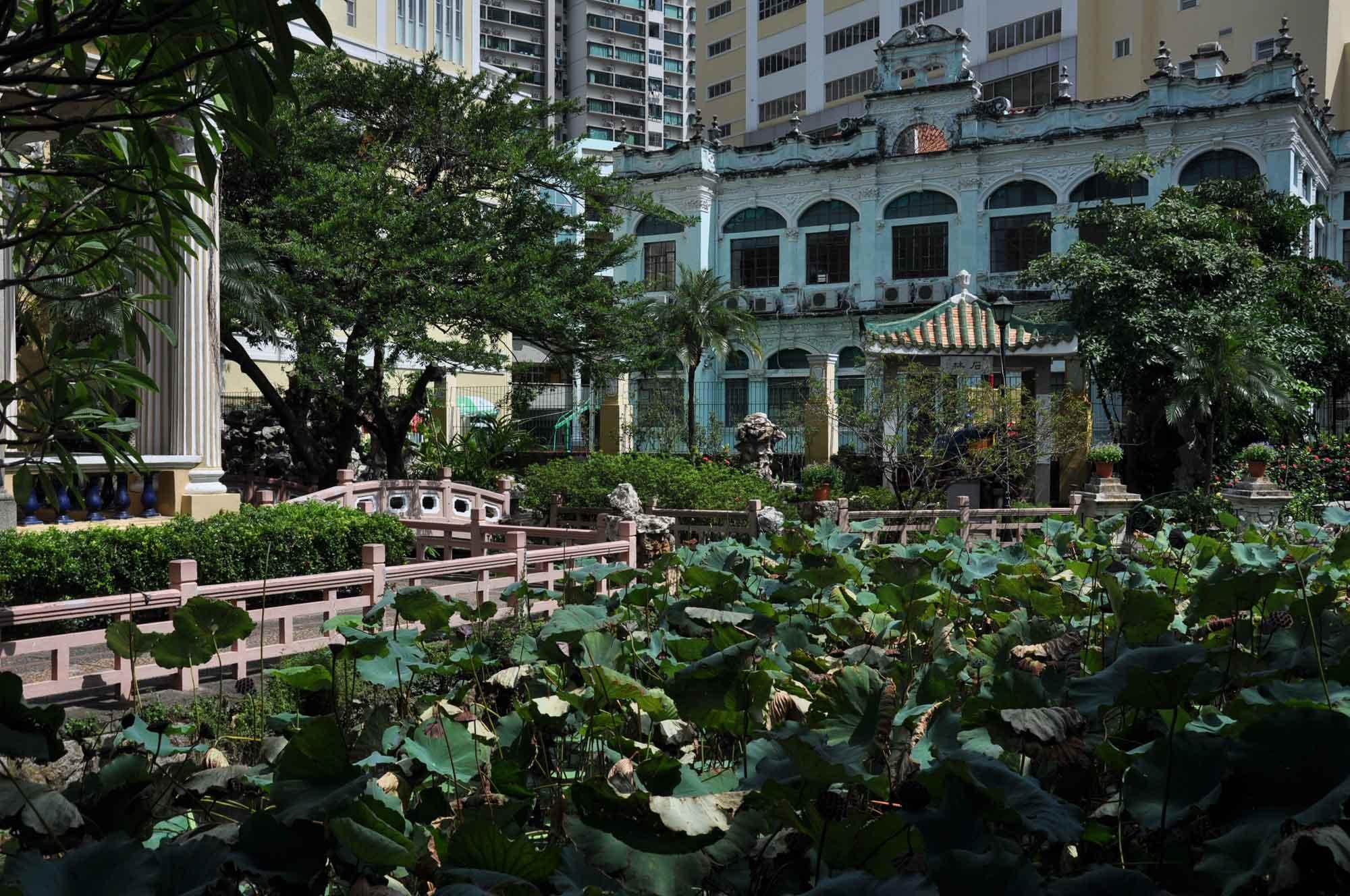 Lou Lim Ieoc Garden bridge and old house