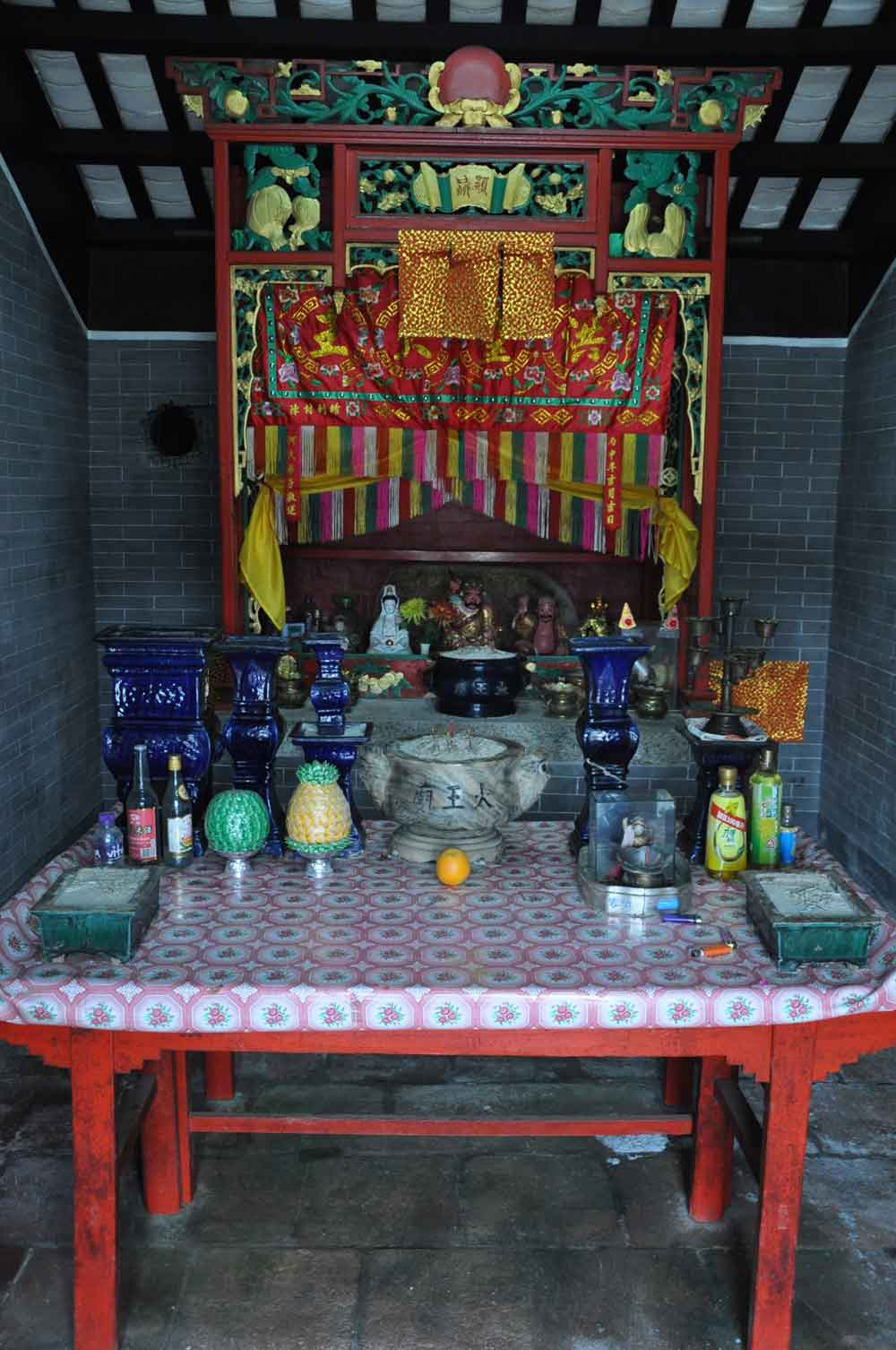 Coloane temples: Tai Wong Temple altar