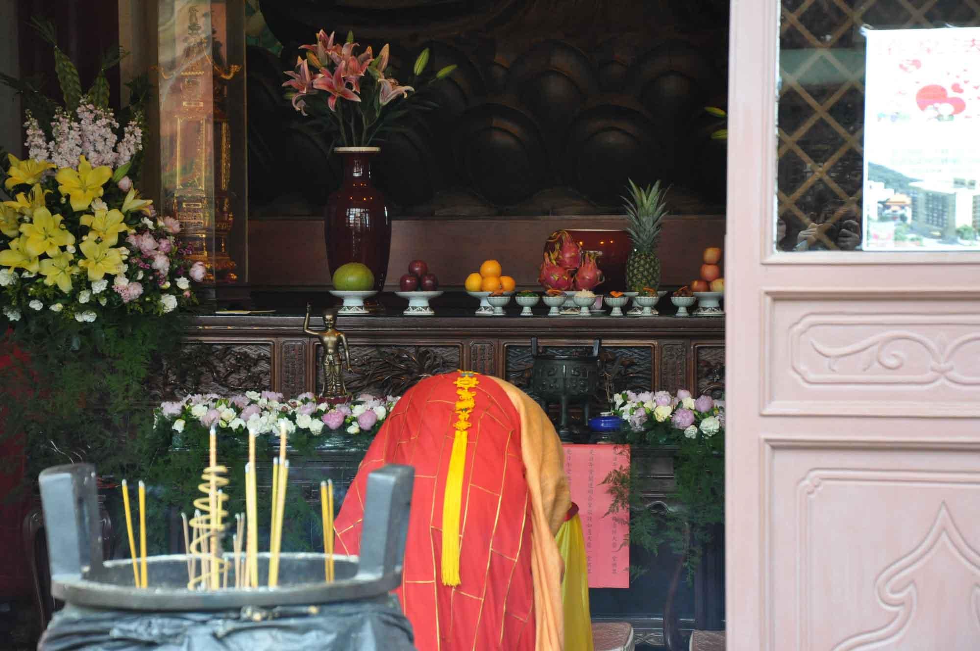 monk praying at Poi Tai Un Monastery