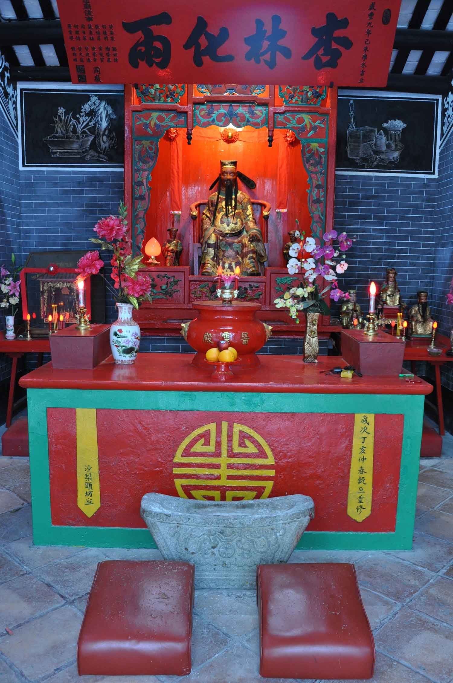 Tou Tei Temple (Temple of the Local God of Land) main altar