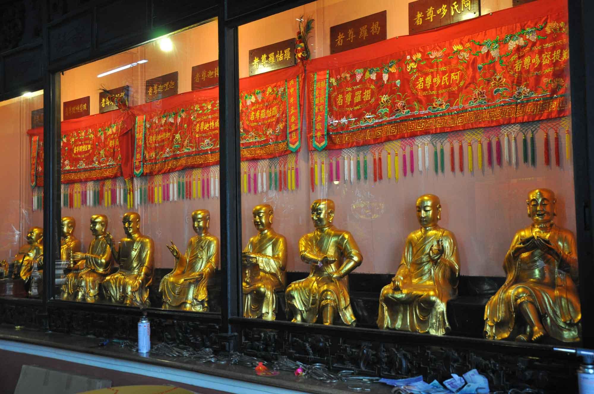 Kun Iam Temple gold Buddhas