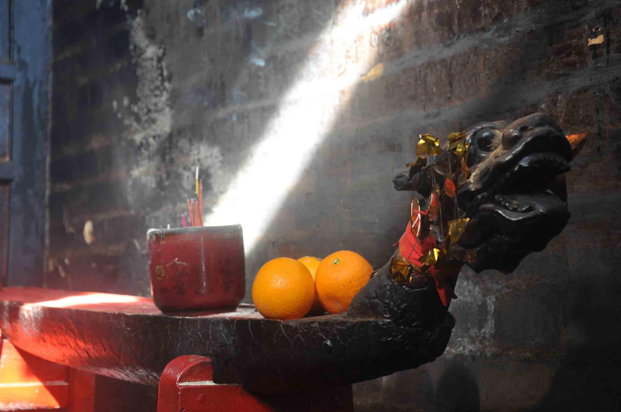 Taipa Village Temples: Tin Hau Temple dragon with fruit