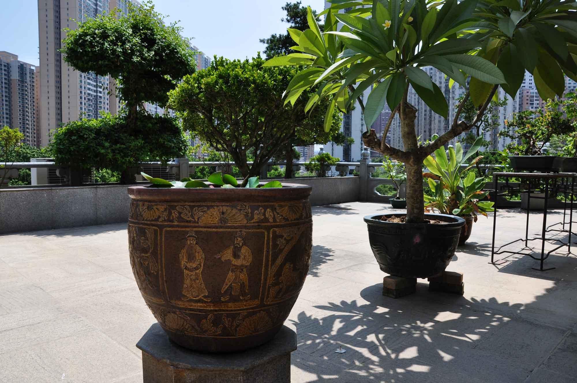 Pou Tai Un Monestery large plant vase