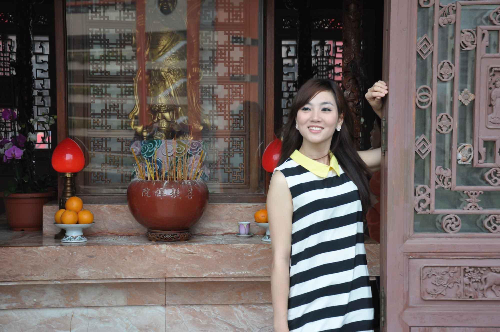 Poi Tai Un Monastery pretty Chinese girl