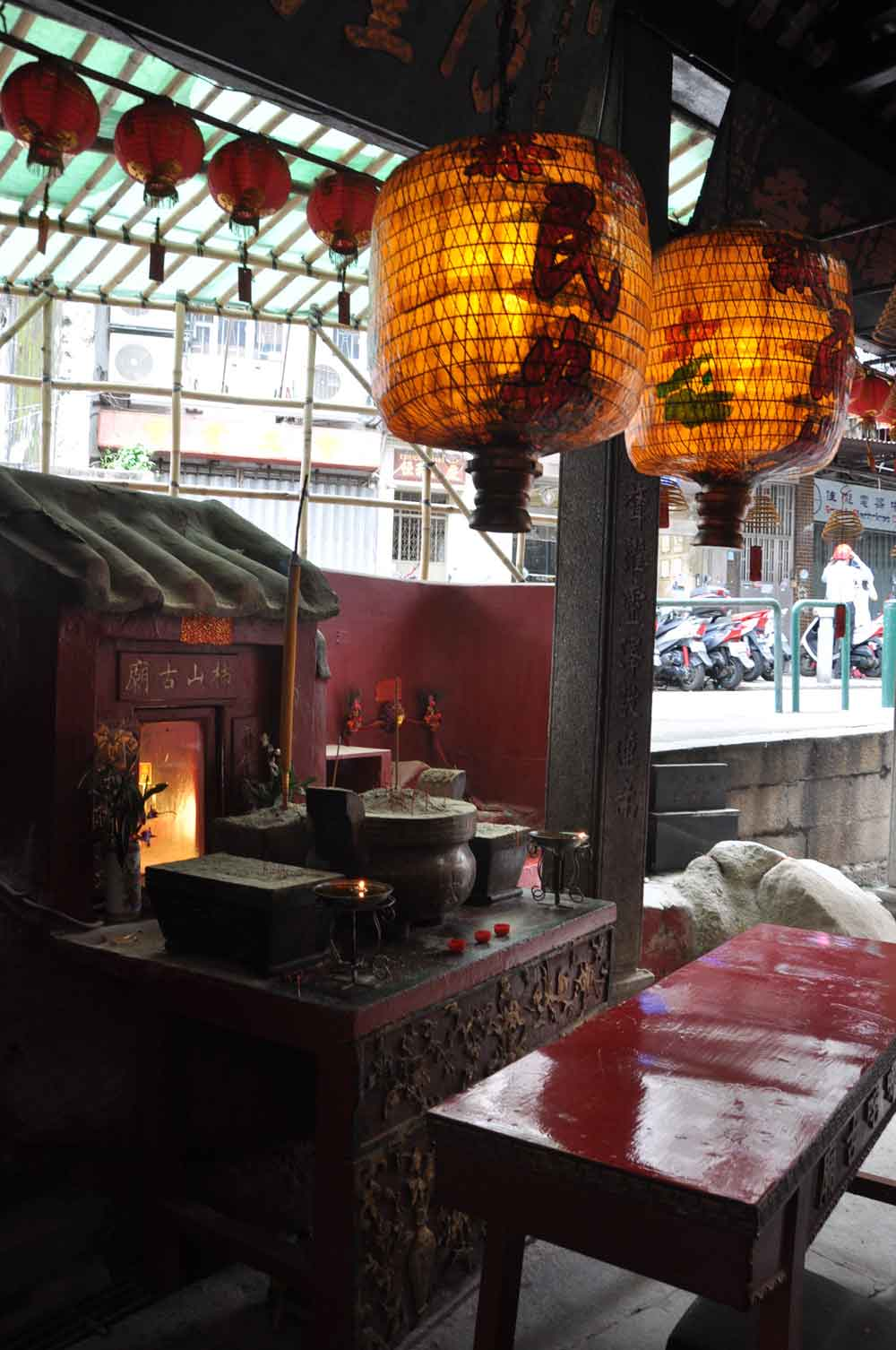 Na Tcha Temple lamps and altar