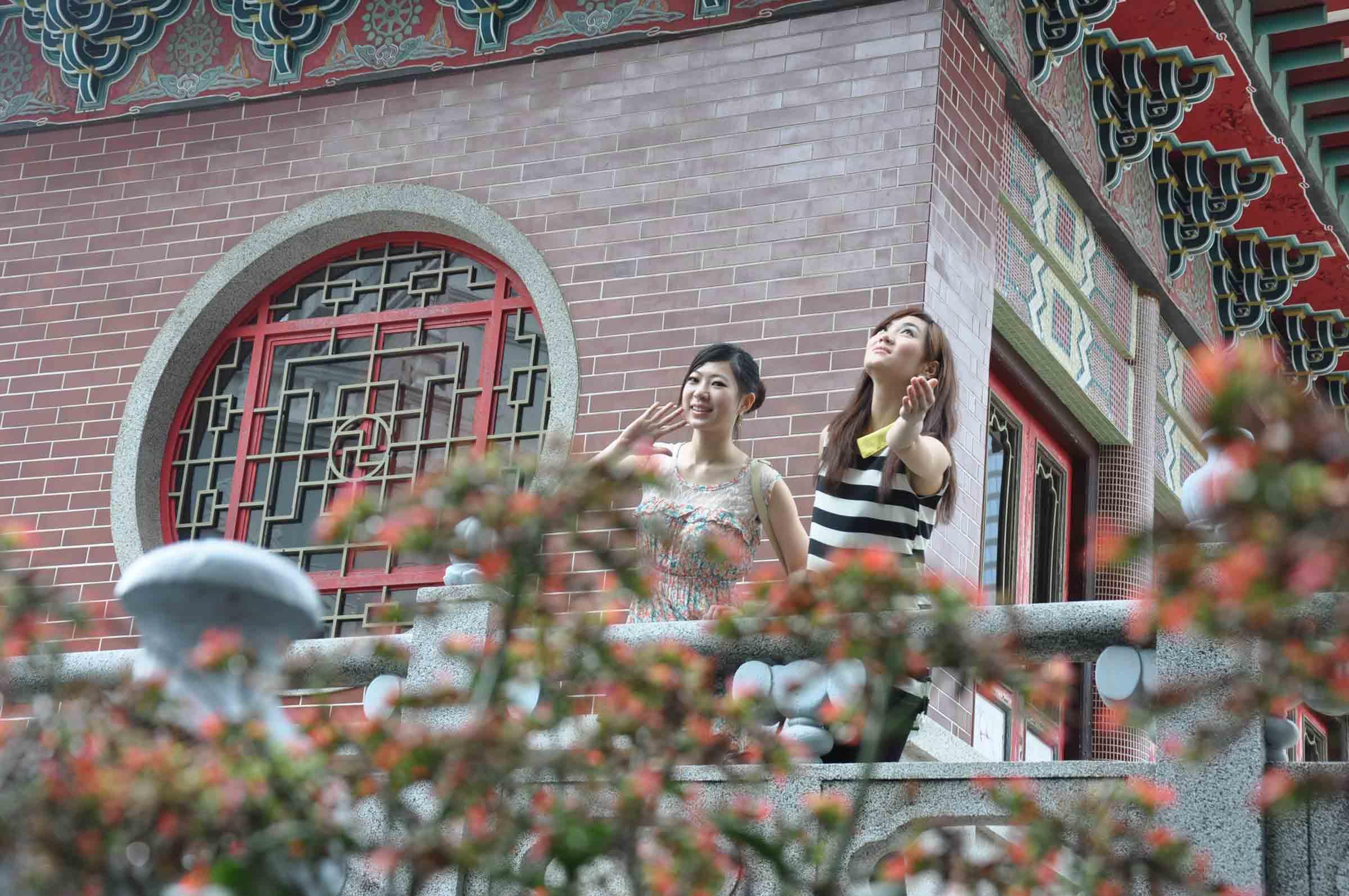 Poi Tai Un Monastery girls outside of temple