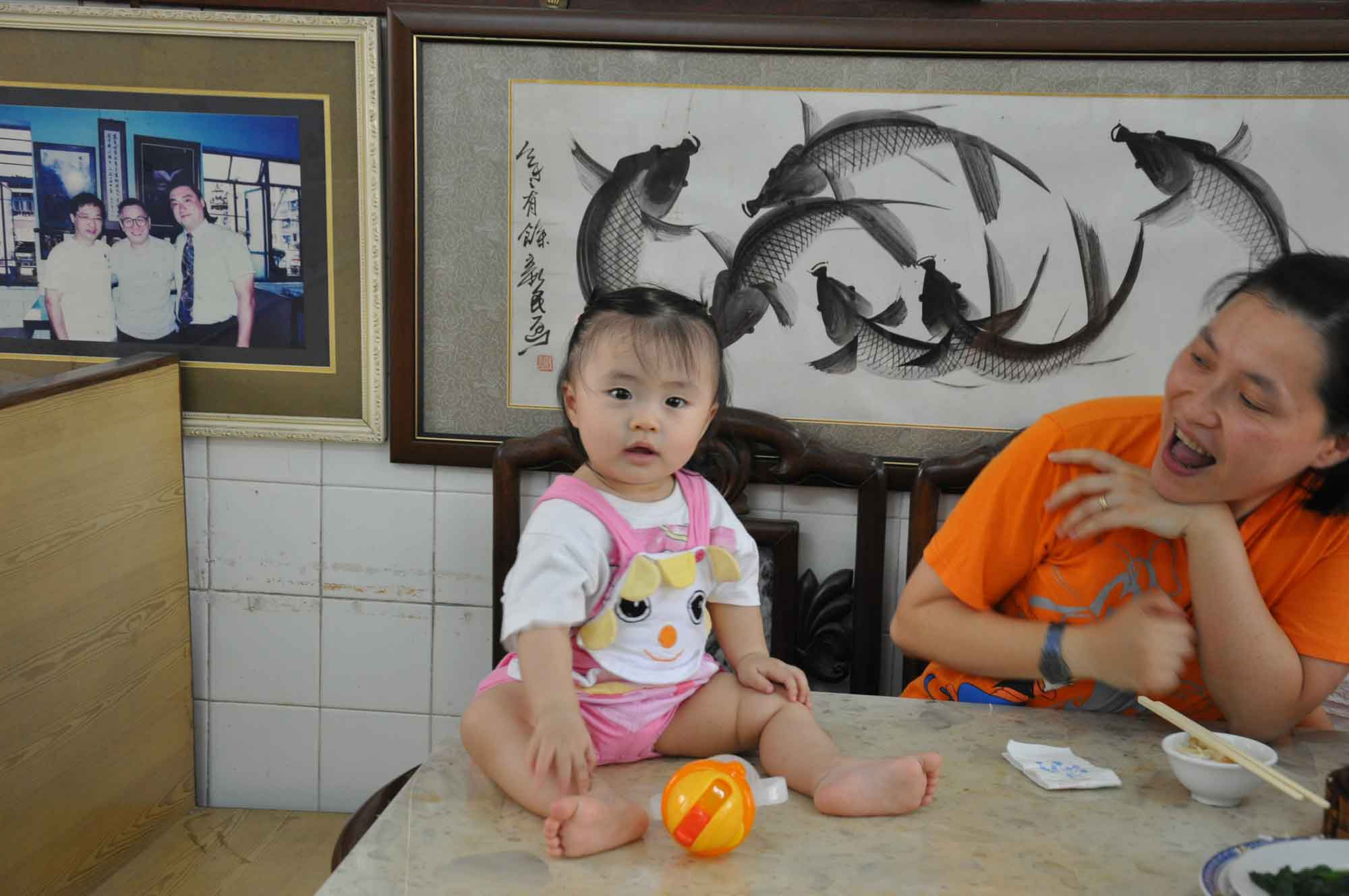 Long Wa Teahouse Macau mother and daughter