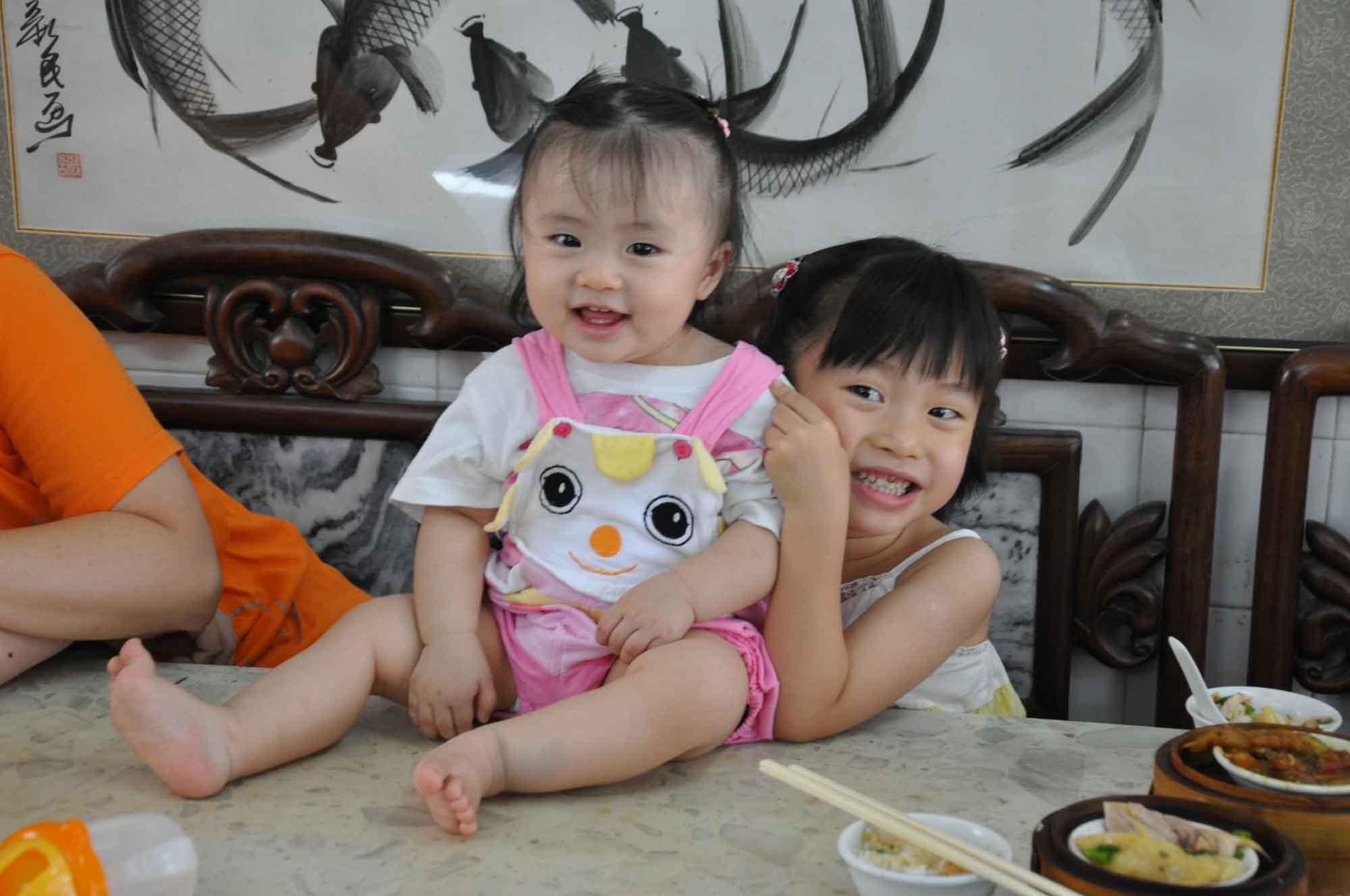 Long Wa Teahouse Macau two young girls