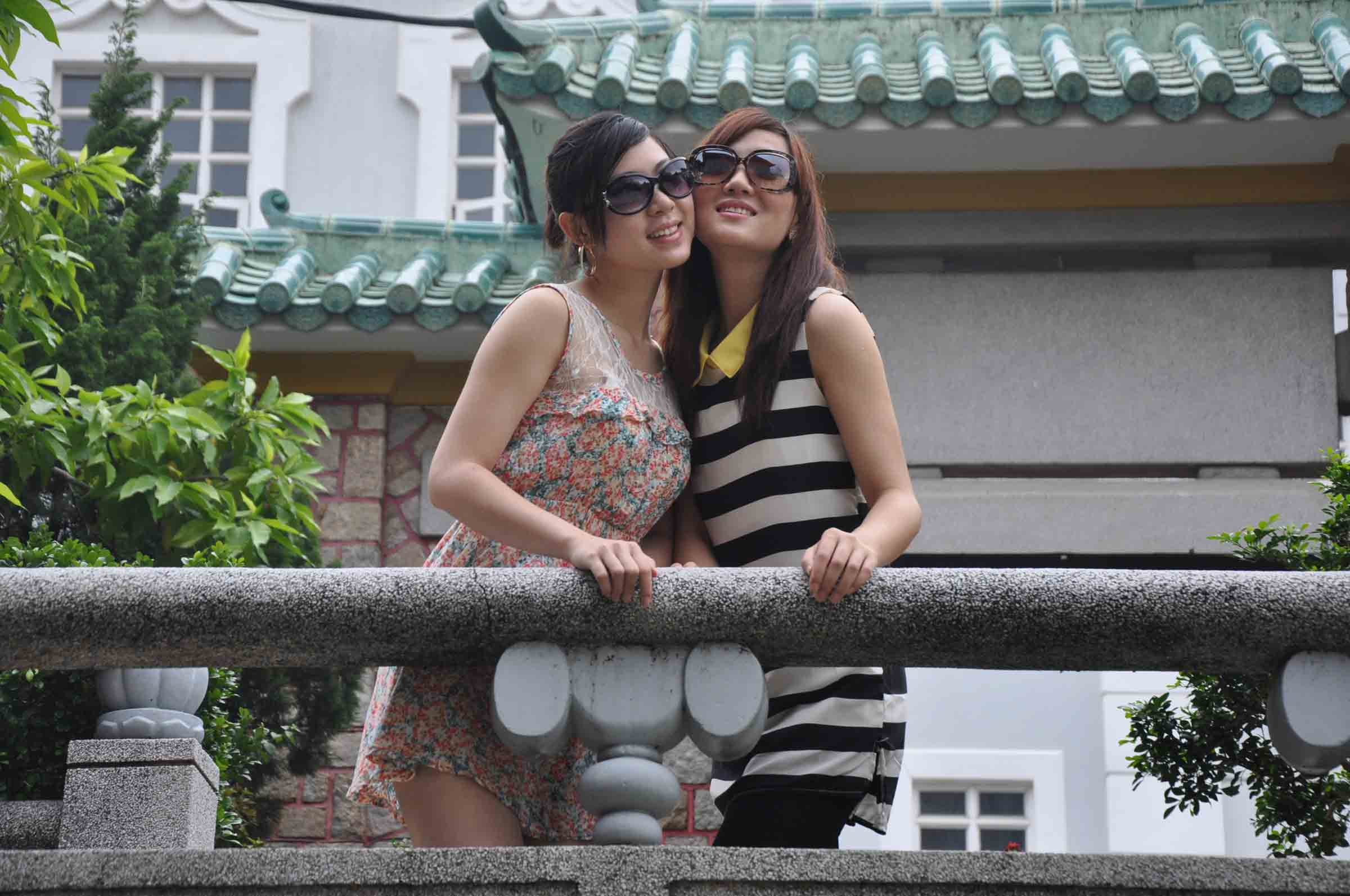 Poi Tai Un Monastery two pretty girls with sunglasses at the back gate