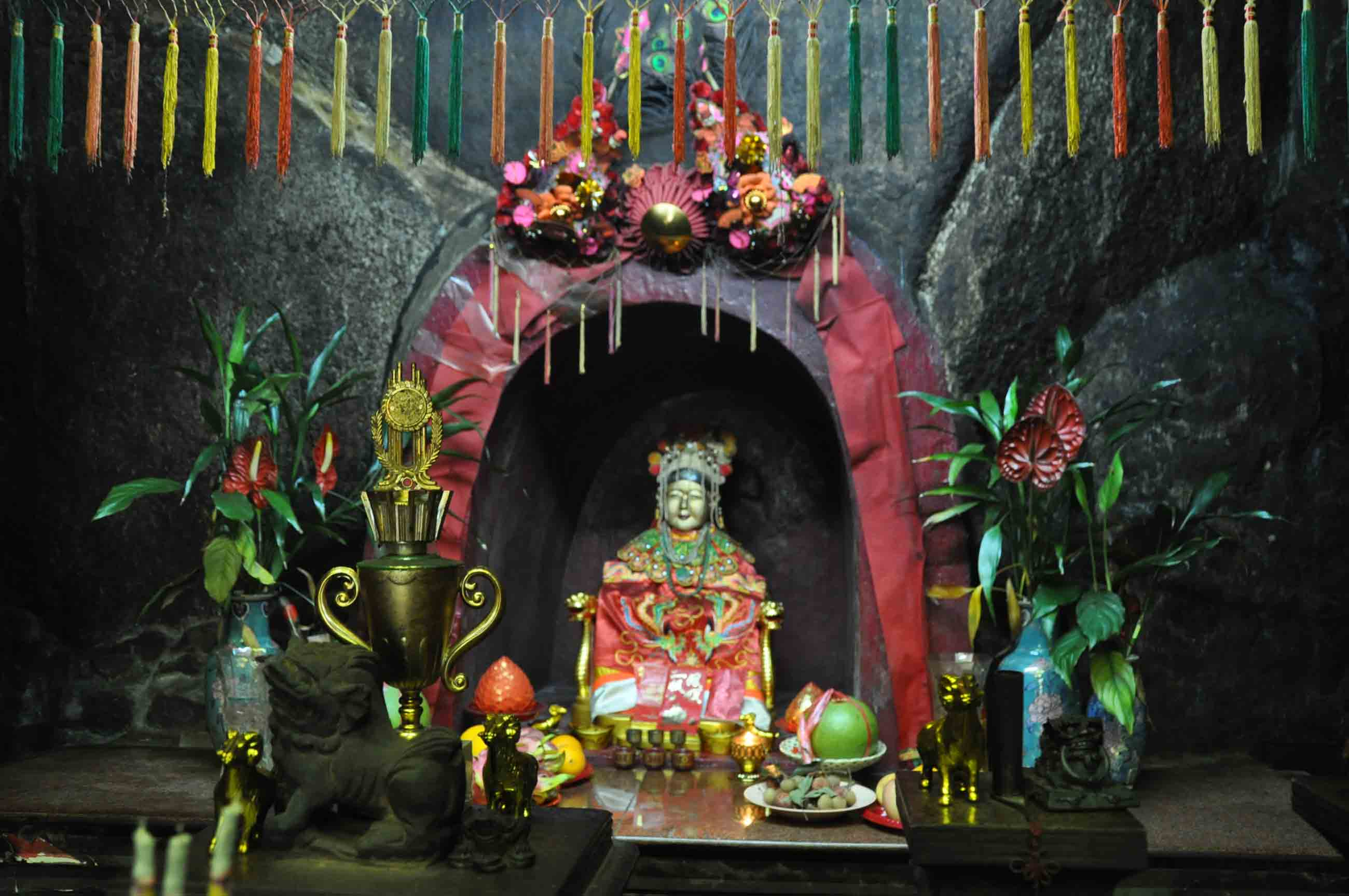 Taipa Village Temples: Sam Po Temple altar