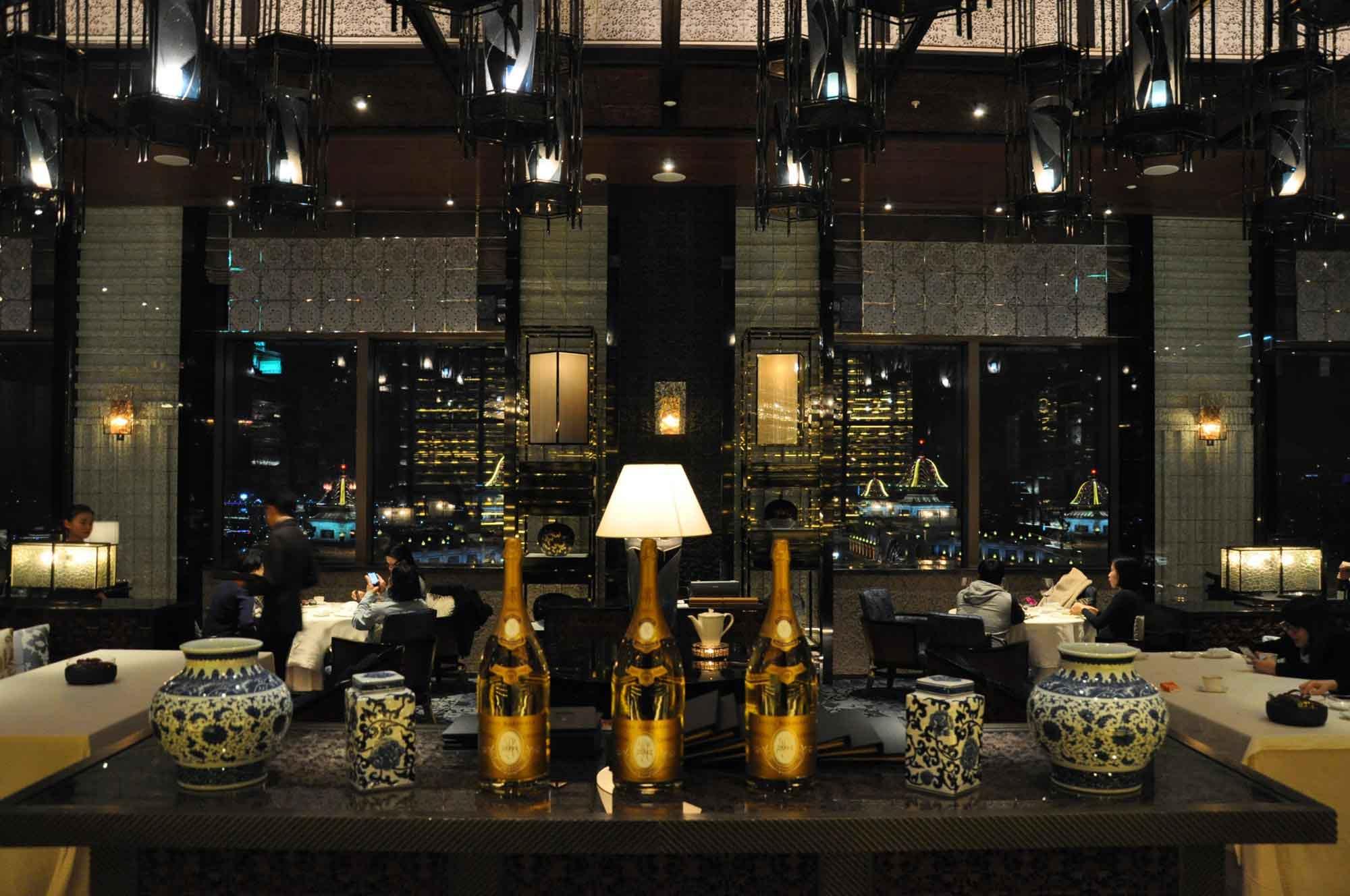 Lai Heen Macau table and bottles