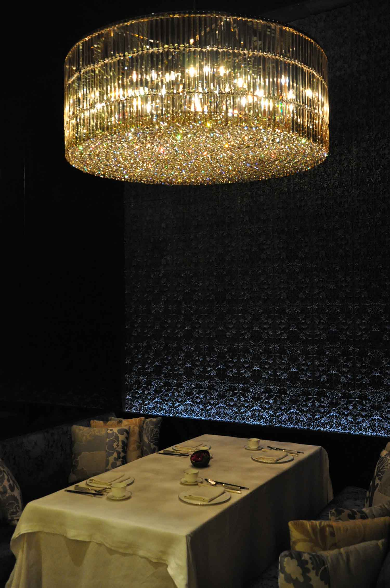 Lai Heen Macau table and chandelier