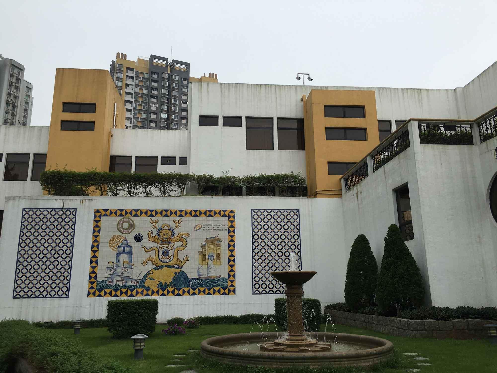 Pousada de Mong Ha fountain and azulejo