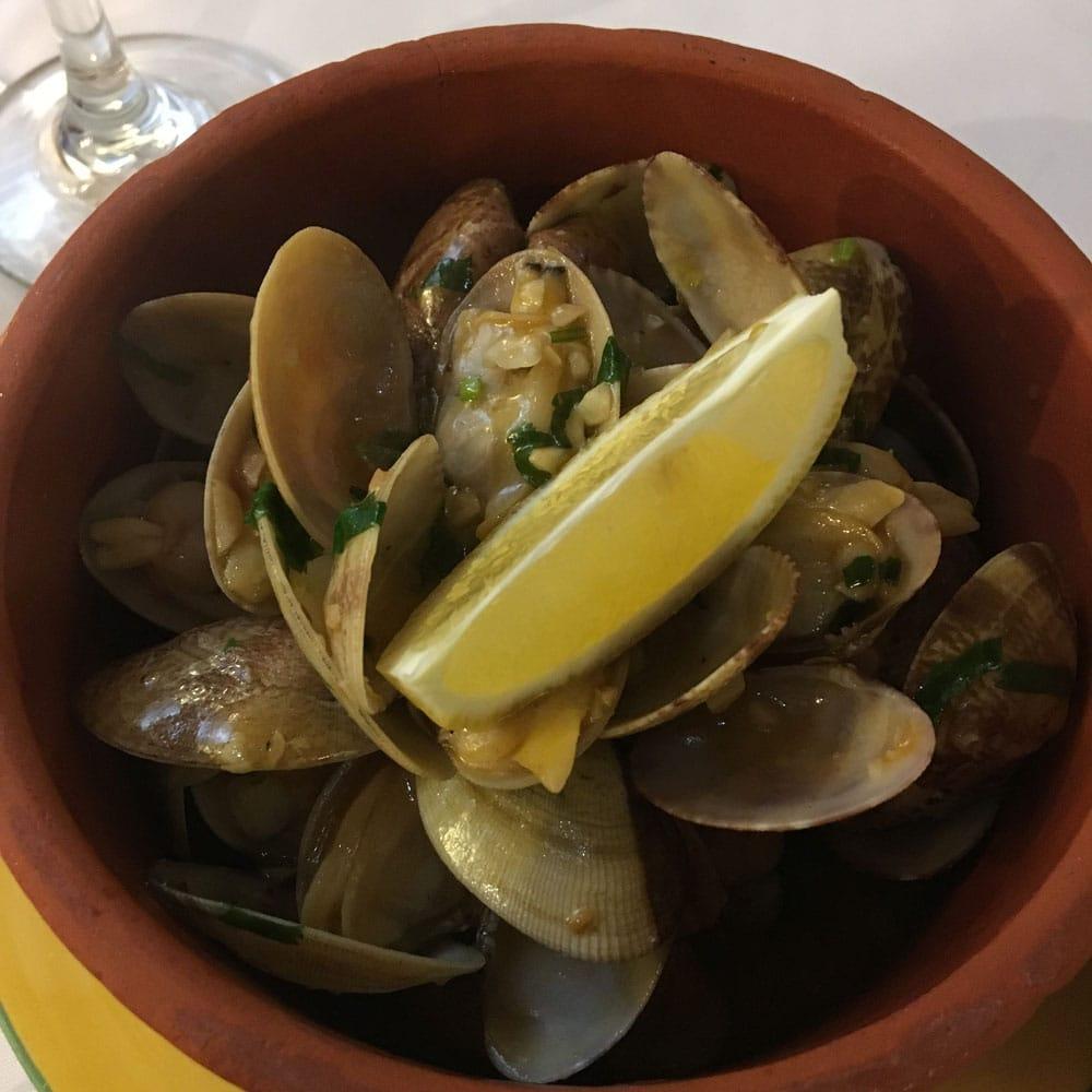 Espaço Lisboa clams with garlic