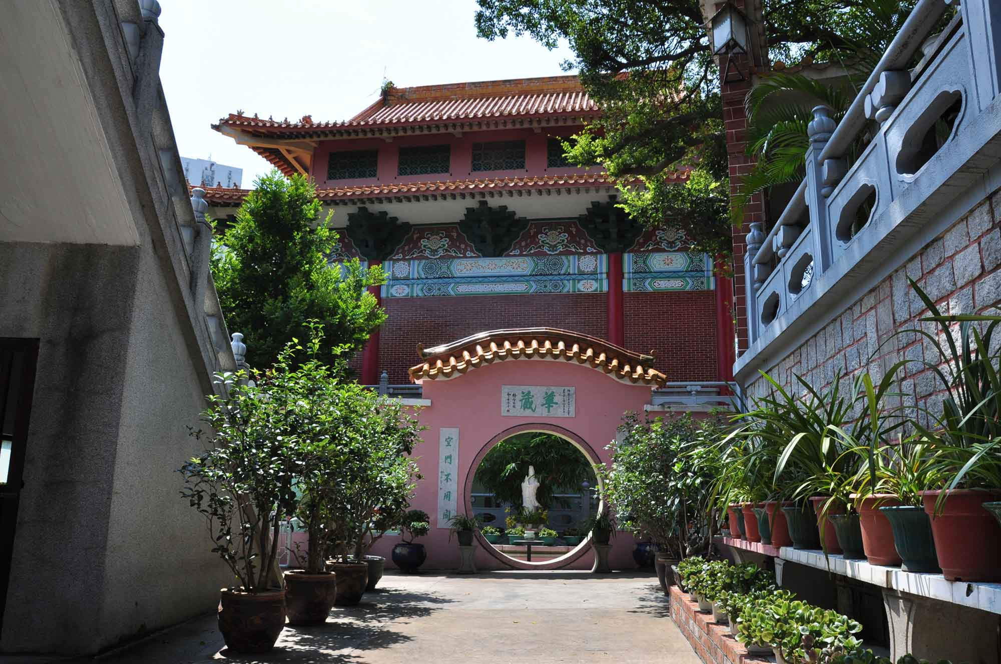 Pou Tai Un Monestery gate