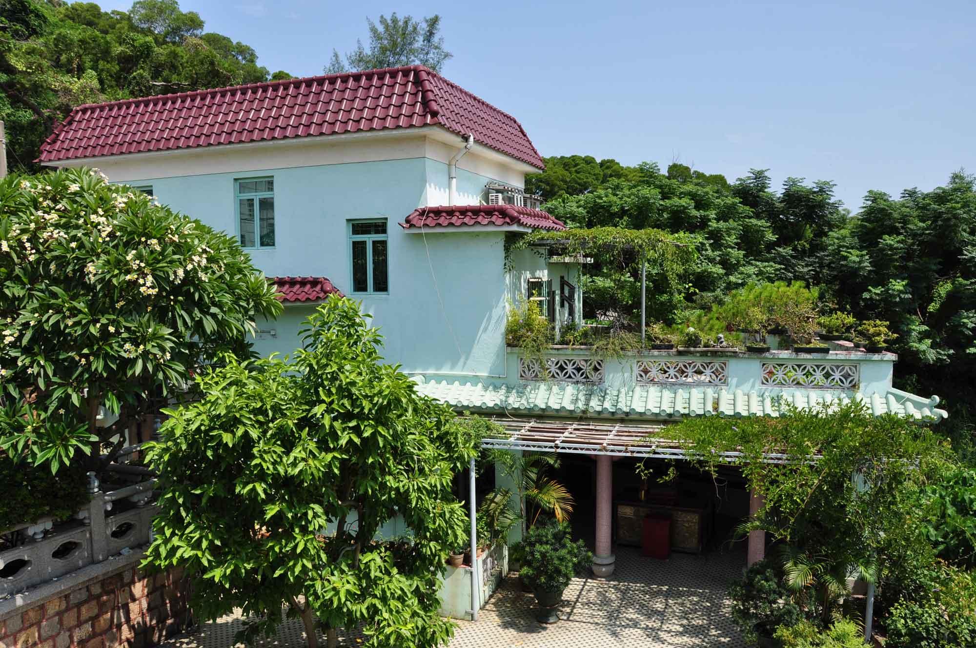 Pou Tai Un Monestery back gate