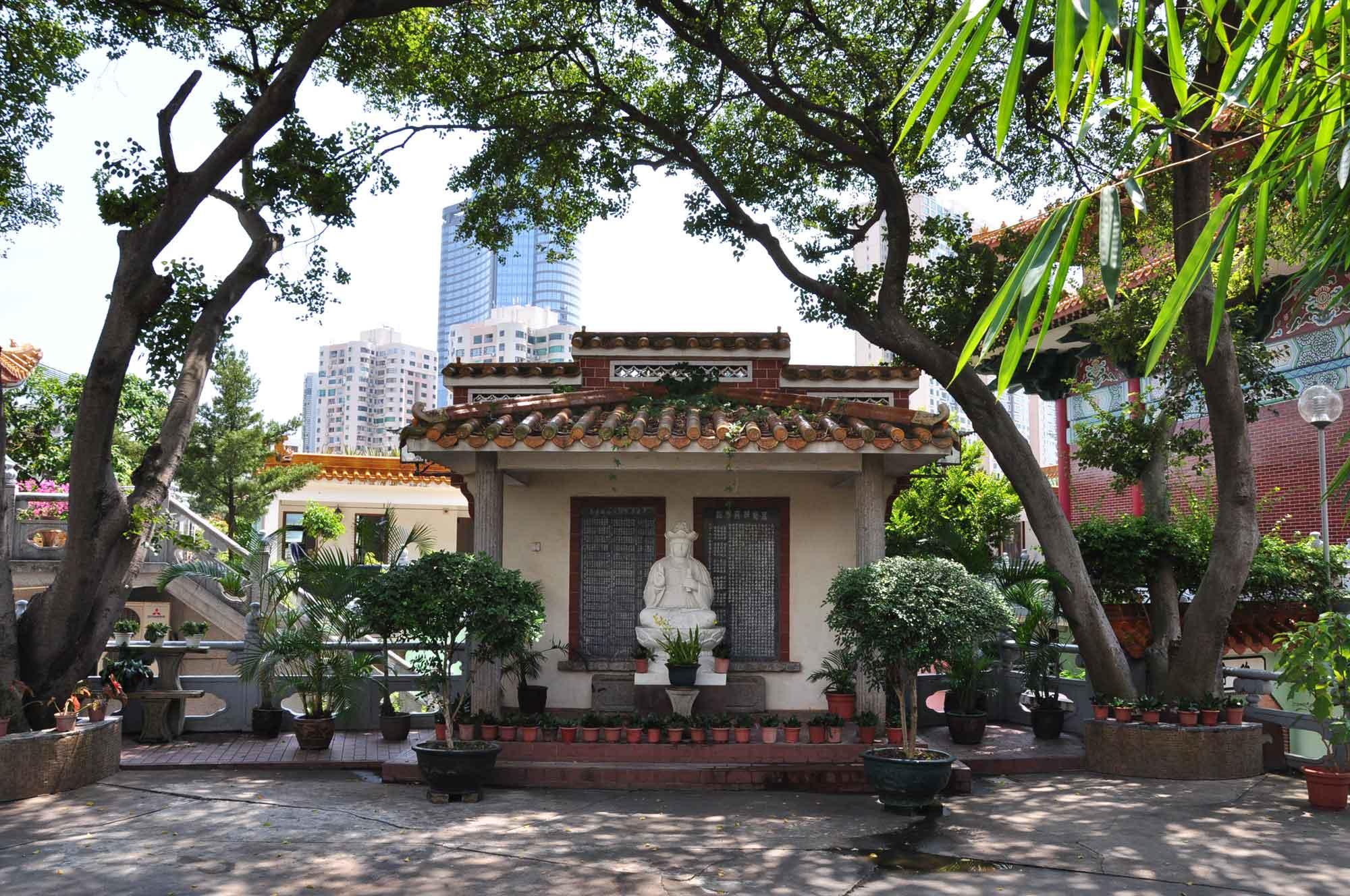 Taipa Temples: Poi Tai Un Monastery outside statue