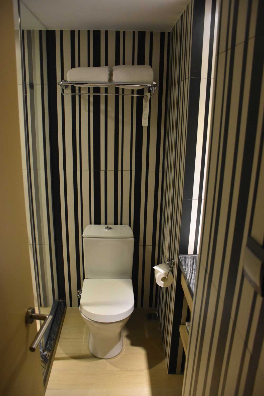 Macau budget hotels Caravel Hotel bathroom