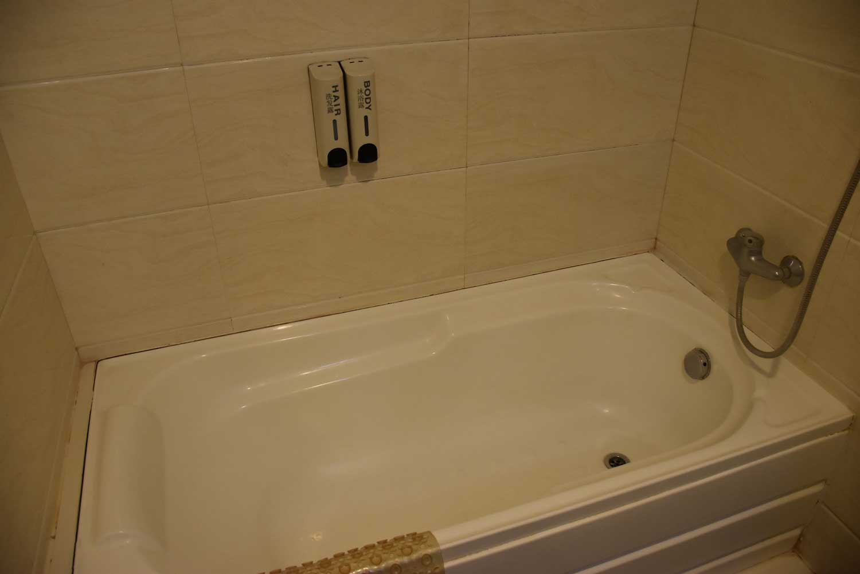 Macau budget hotels Grand Harbour Hotel bathtub
