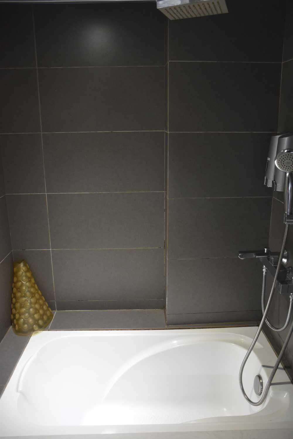 Five Footway Inn Macau bathtub